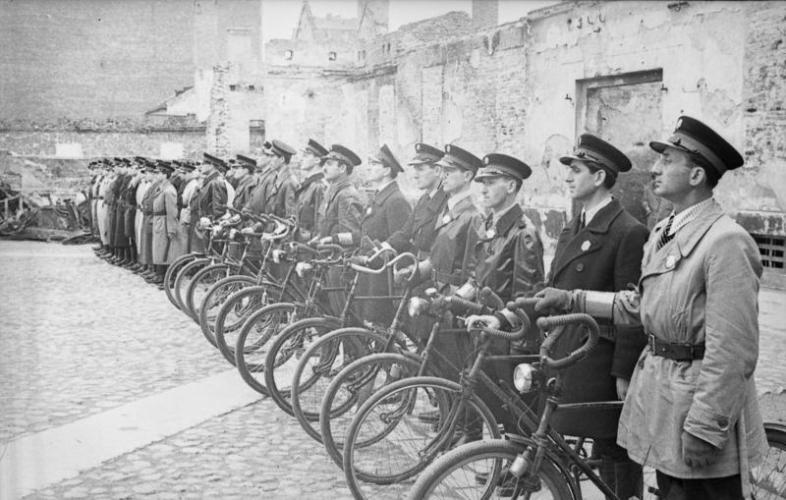 Bundesarchiv_Bild_101I-134-0792-28_Polen_Ghetto_Warschau_Ghettopolizei-786x500.jpg